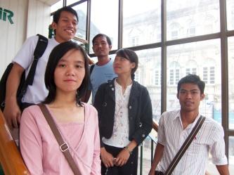 Etter det første møtet i februar 2012. Phyoe Phyoe Aung foran. Lin Htet Naing til høre, Honey Oo og Moccy (han i blå t-skjorte jobber for YSPS).