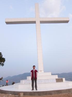 Ceu Bik Thwaung er politiker og har ansvar for religiøse spørsmål, og kjemper mot at dette korset skal rives.