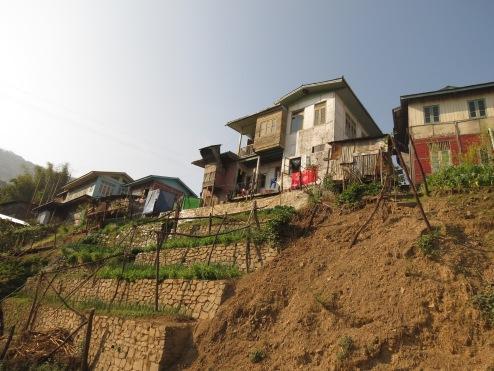 Hakha, den største byen i Chin-staten, ligger bratt og høyt (over 2000 moh).