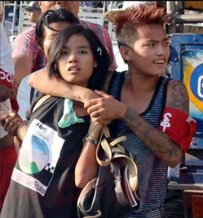 Borgervernbevegelsen Swan Ah Shin med røde armbånd brukes mot demonstranter i Yangon.
