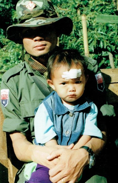Som man bar et barn varsomt på armen: Besøk hos karenhæren KNLA i 2001.