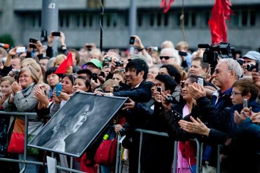 Fra folkehavet, under Aung San Suu Kyis bes¿k pŒ RŒdhusplassen i Oslo. Foto: Tom Henning Bratlie